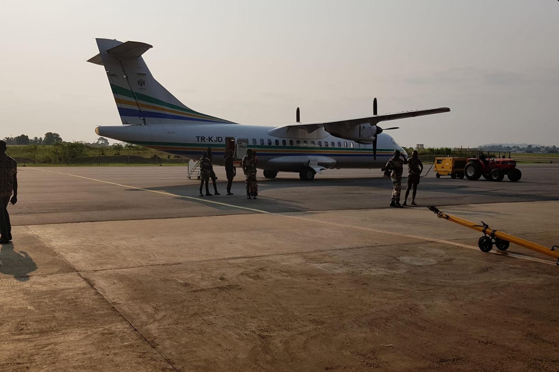 L'avion menant les gorilles au lieu de réintroduction
