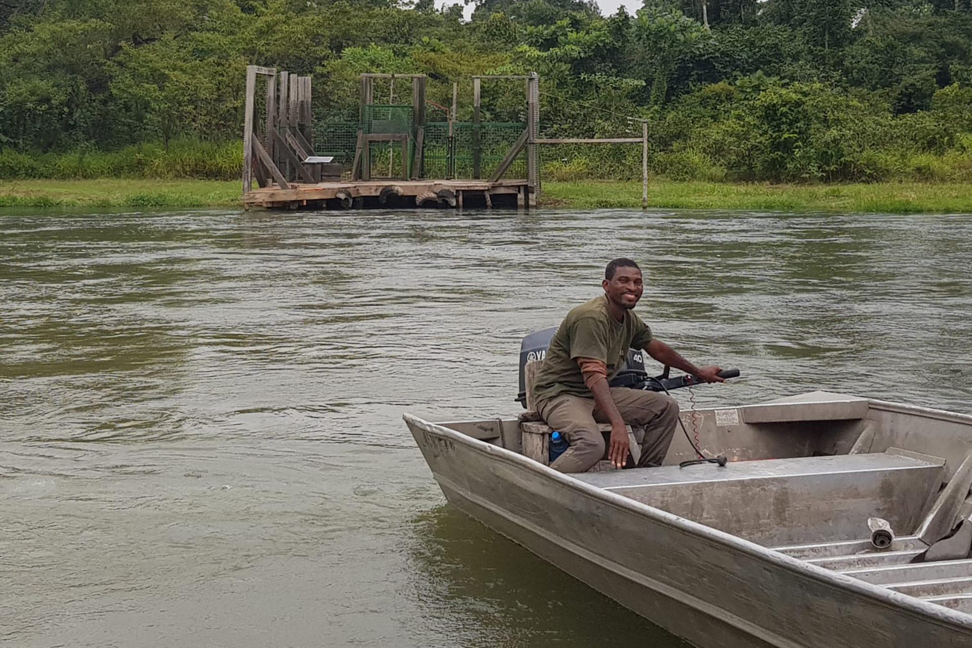 Bateau en approche de l'île de réintroduction