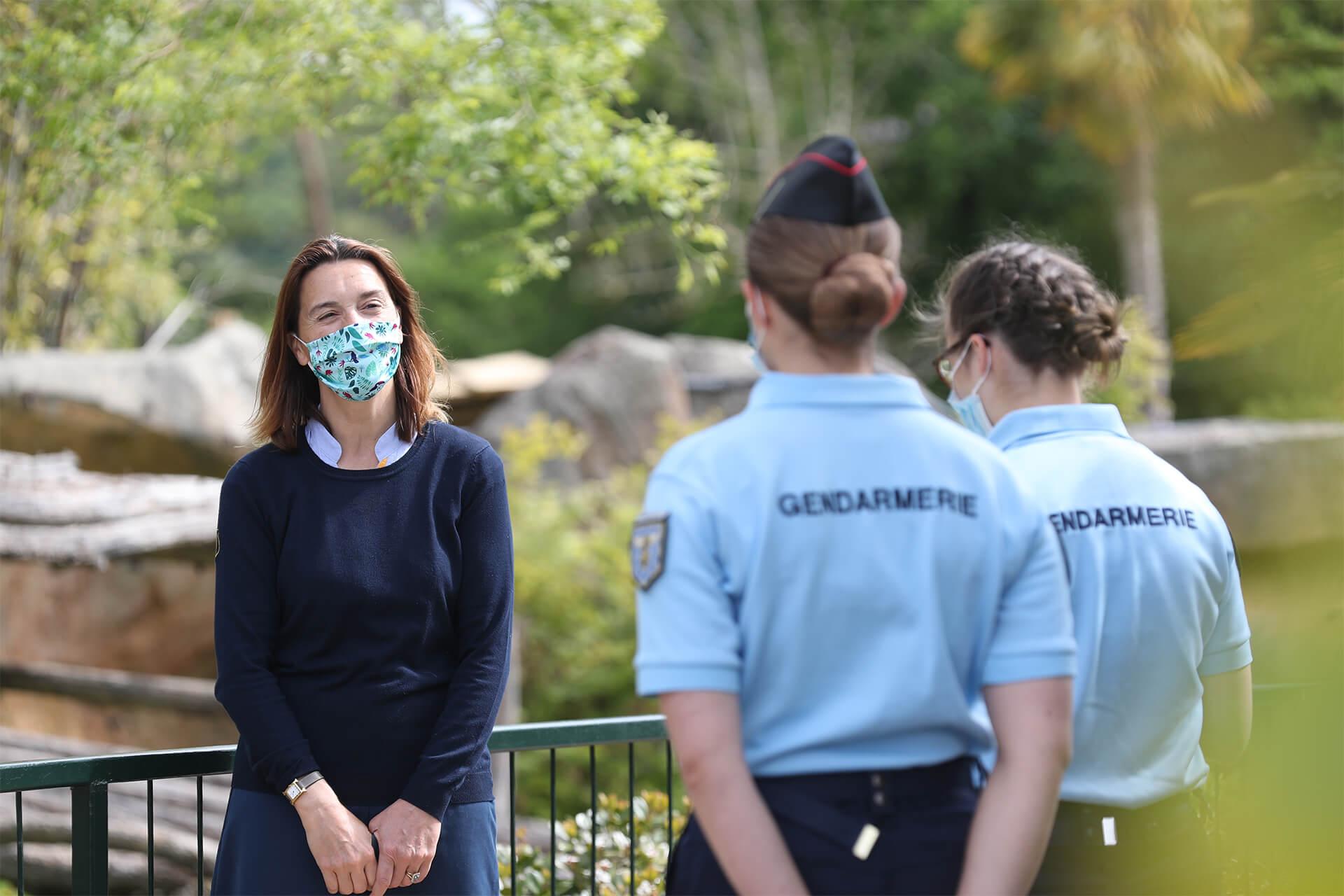 Delphine Delord accueillant les gendarmes de Montluçon